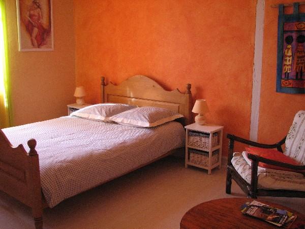 La chambre orange<br /> Possibilit&eacute; de rajouter un lit d&#039;appoint ou un lit b&eacute;b&eacute; parapluie