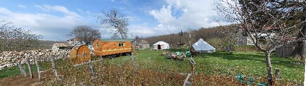 bivouac des gabriels avec 1 yourte et 1 roulotte en Vercors Drôme