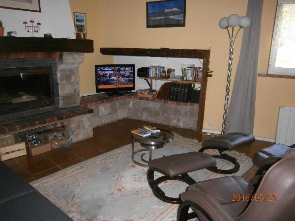 le salon, les fauteuils relax, la cheminée et TV