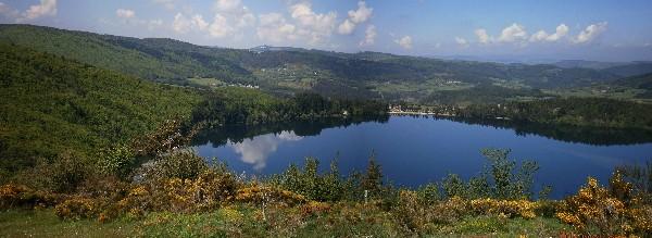 En été des centaines de balades et randonnées ponctuées de rivières sauvages, lacs, ornées d'une multitude de plantes et fleurs.