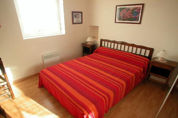 """Gîte """" terre & mer"""" (pour 4 pers)  2 chambres à l'étage dont 1 avec literie en 140, grand placard, penderie"""