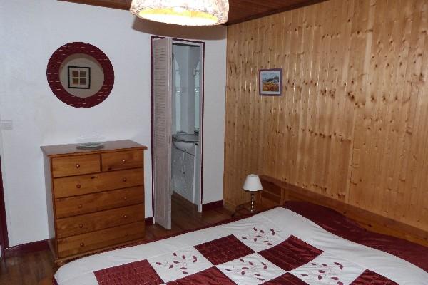 la chambre édelweiss pour un couple avec sa douche et son lavabo privatif