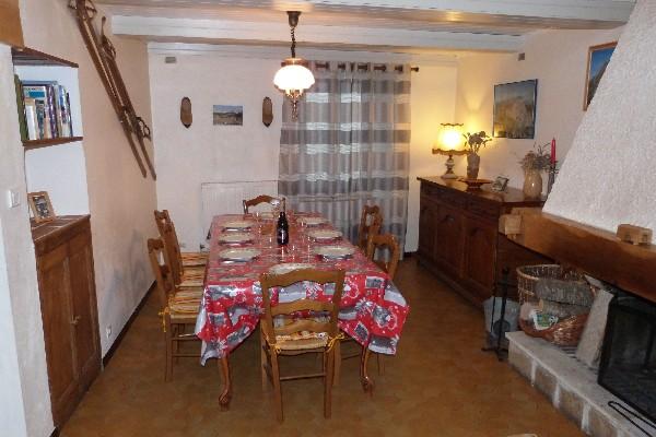 notre agréable salle à manger salon avec sa cheminée et sa bibliothèque avec livres de la région et ses jeux de société pour petits et grands