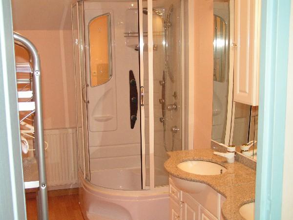 salle de bain avec 2 vasques une douche