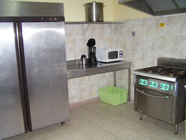 cuisine prof avec 3 grands frigos et un lave vaisselle prof