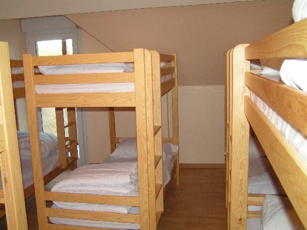 2eme dortoir de 10 personnes en lits superposes avec une salle d eau une douche et un vasque