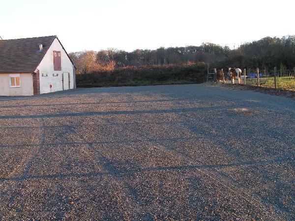 parking et cour de 1200 m2 avec coin pelouse de 100m2 environ